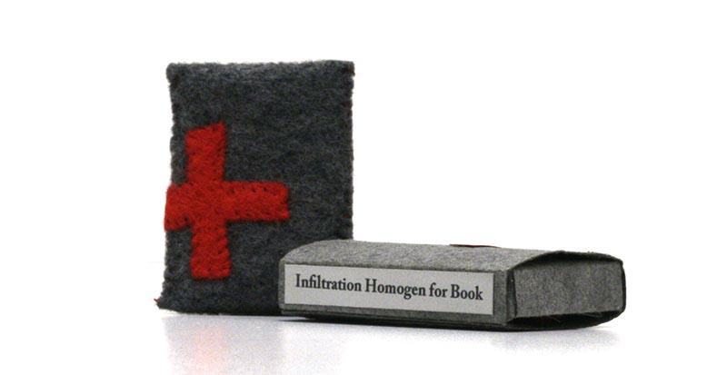 Kniha se nese v duchu německého umělce Josepha Beuyse, který byl zvyklý svůj klavír a violoncello obalovat a poté polepovat červeným křížem. Tvrdil, že červený kříž znamená nebezpečí, kterému lidé musí čelit, zatímco mlčí.