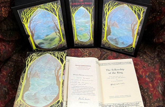J. R. R. Tolkien - Pán prstenů. Set této luxusní edice z roku 1963 a Tolkienovým podpisem by zajisté udělala radost každému fanouškovi Froda Pytlíka. Co jim však může radost zkazit, je cena tohoto setu, která se šplhá k 50 000 dolarů a lze sehnat u Tolkien Bookshelf.