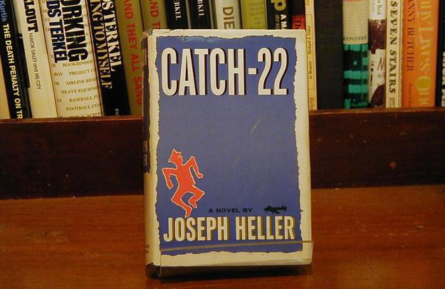 Joseph Heller - hlava XXII. Tuto knihu ve skvělé kondici a původním obalu prodává Chicago Rare Books za 2000 dolarů.
