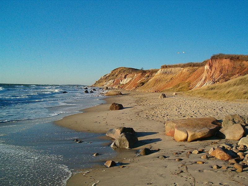 Tento ostrov je dobře známé místo -Martha's Vineyard nacházející se v Massachusetts. A čím se ostrov proslavil? Krásné zátoky a ideální členění mořského dna dalo vzniknout velkolepému filmu Stevena Spielberga Čelisti.