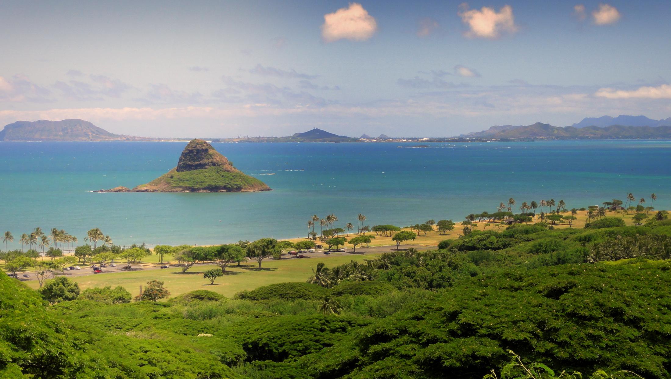 Ostrov - Ztraceni. Jeden z nejslavnějších seriálů se natáčel ve městě Oahu na Havaji. Ostrov je sice osídlený, nicméně na mnoha jeho stranách skutečně připomíná ostrov, kde ještě nevkročila lidská noha.