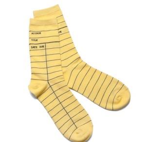 Ponožky podobající se knihovnímu lístku.