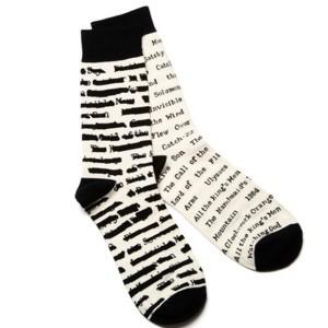 Ponožky - jedna cenzurovaná, druhá ne.