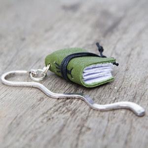 Ručně vyráběná záložka ve tvaru maličké knihy.