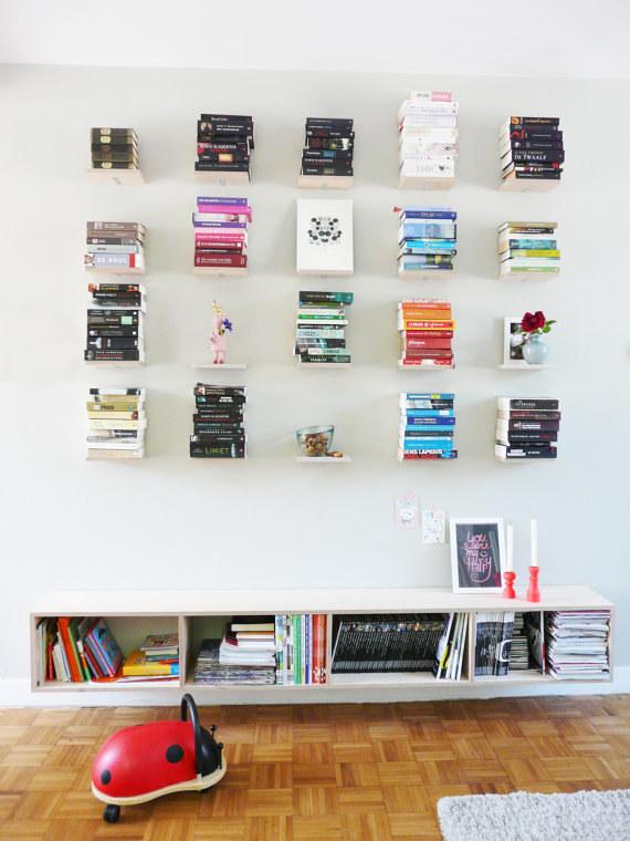 Minipoličky na knihy.