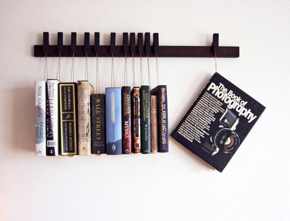 Věšák na knihy.